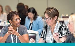 Le groupe travaille à table au dernier Forum sur la sécurité des patients de l'amélioration de la qualité