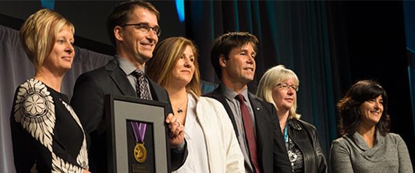 es récipiendaires de la Médaille du ministre 2015 acceptent leur prix