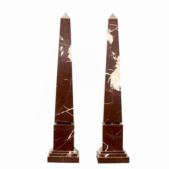 Par marmor obelisker